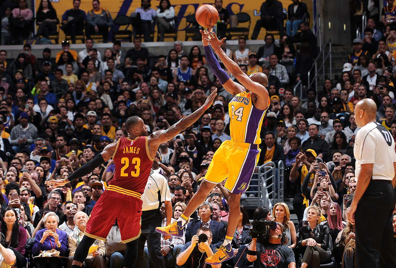 Kobe Bryant made 11 of 16 shots for 26 points against LeBron James and the Cavaliers.
