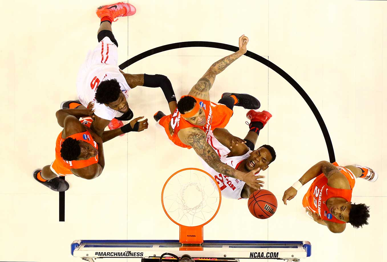 Dyshawn Pierre (21) of Dayton drives to the basket against DaJuan Coleman (32) of Syracuse.