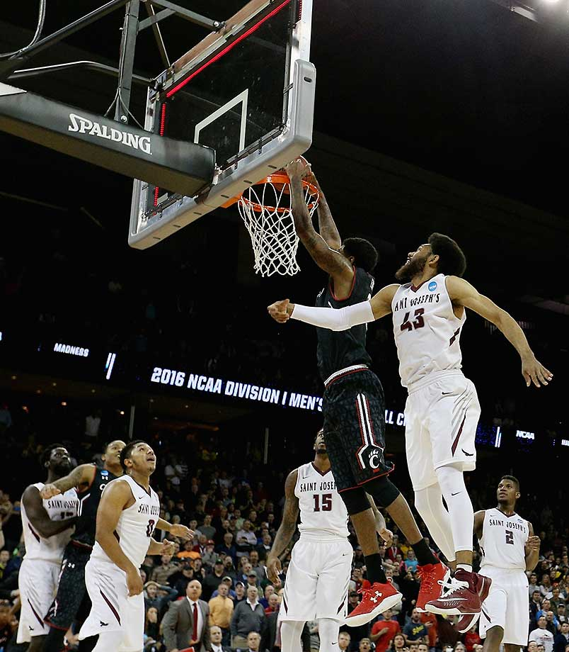 Octavius Ellis of Cincinnati would have won the game for Cincinnati had this basket counted, but the officials ruled that time had expired (and the red light had come on) before the ball left his hands completely.