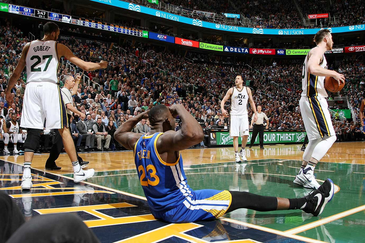 Draymond Green of the Warriors celebrates on a night when Golden State was held to fewer than 43 points in the first half for just the third time this season.