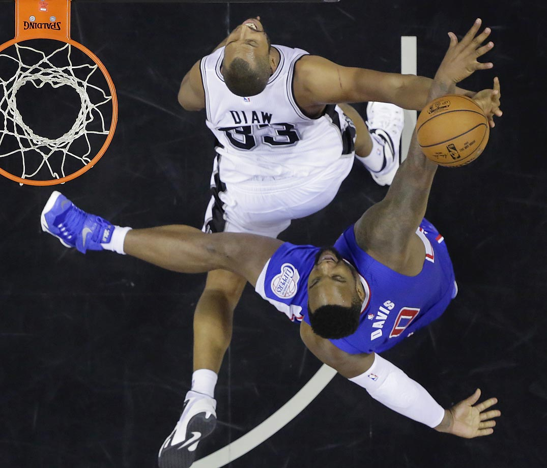 Spurs' Boris Diaw and Clippers' Glen Davis.