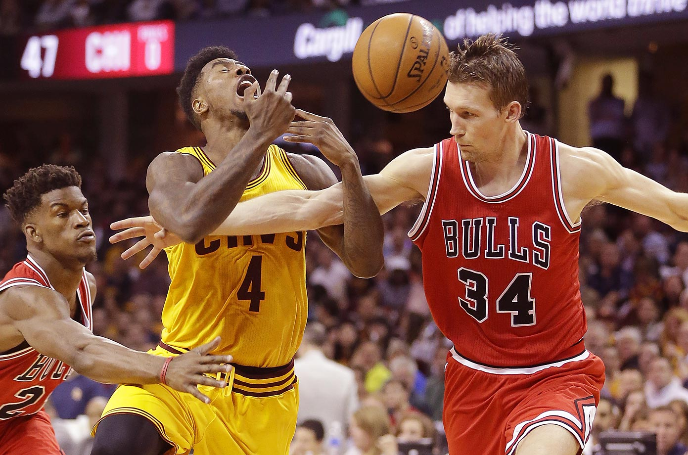 Cavaliers' Iman Shumpert and Bulls' Jimmy Butler and Mike Dunleavy.
