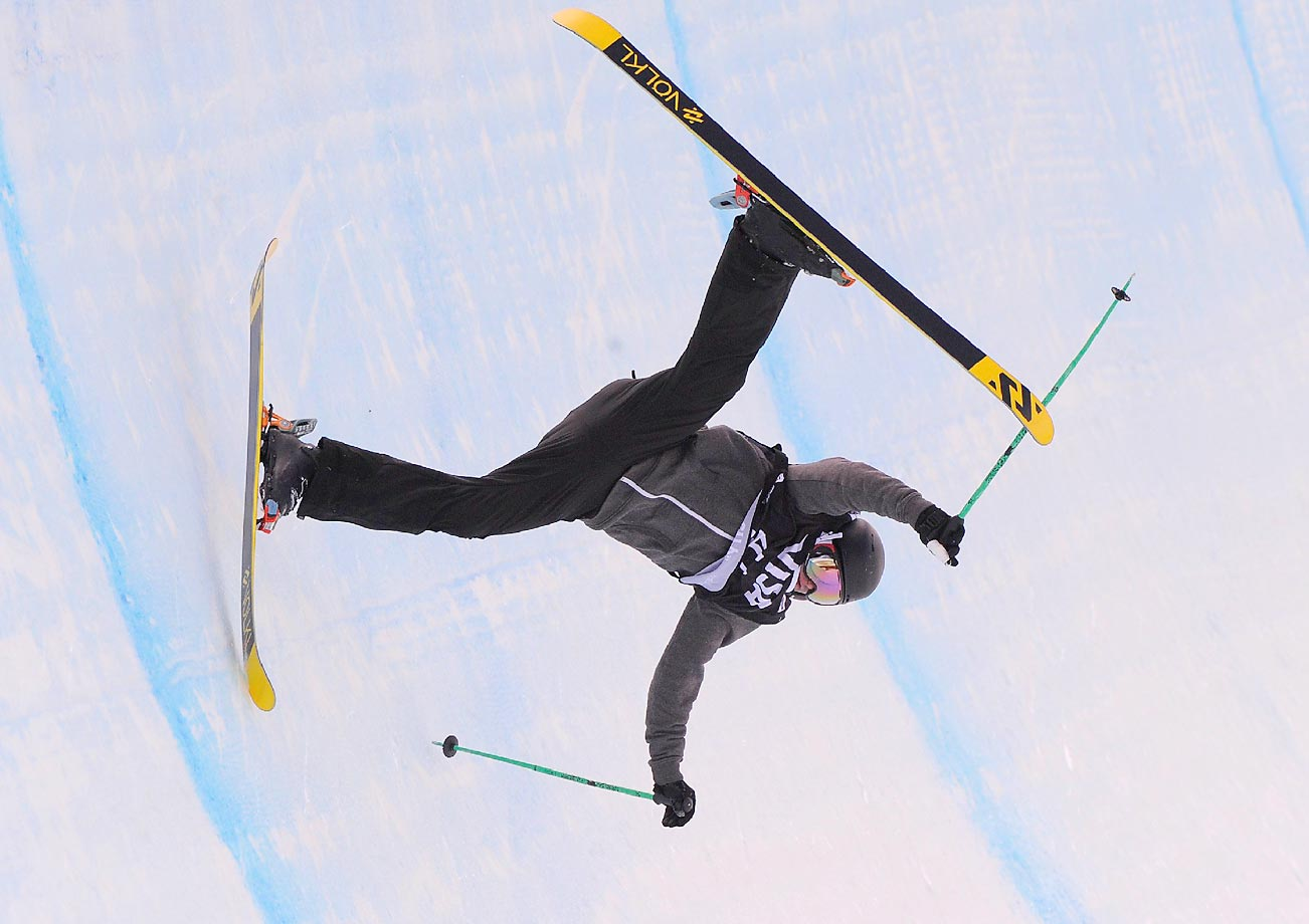 James Machon crashes during qualifying for the FIS Freeskiing World Cup Halfpipe in Park City.