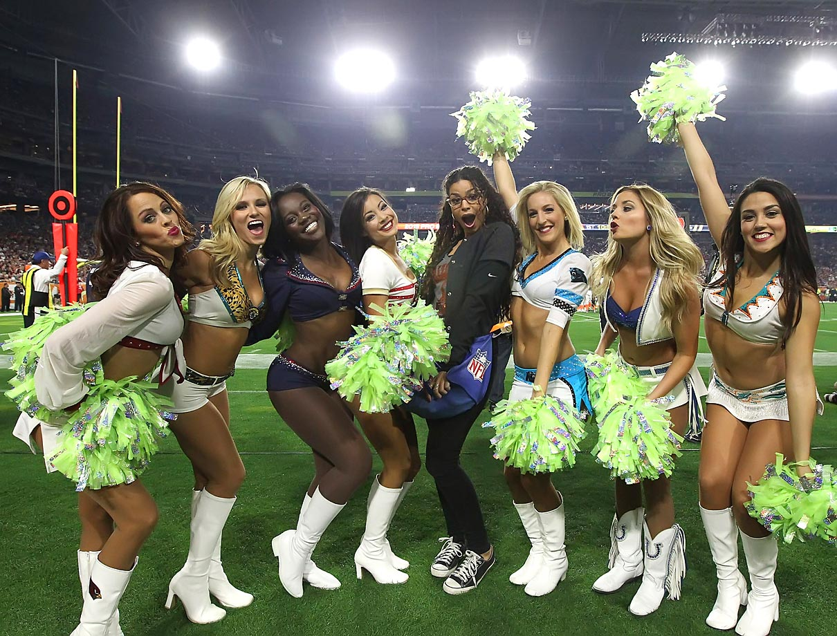 Jordin Sparks posing with the Pro Bowl Cheerleaders