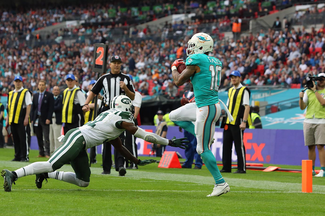 In switching teams from New Orleans to Miami, Stills has gone from averaging 4.2 receptions per game in 2014 to averaging 1.7 catches this season. With only 15 targets in 2015, we don't have much data to draw sweeping conclusions from how the transition has affected his efficiency. But after Stills racked up 931 receiving yards with a ridiculous 78.8% catch rate last year, it's clear his skills are being vastly underused in South Beach. The 23-year-old has been thrown to as often as a clearly washed-up Greg Jennings.