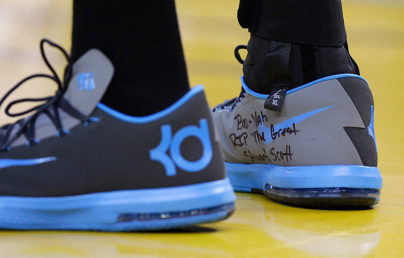 Kevin Durant pays tribute to Stuart Scott during the Oklahoma City Thunder game against the Golden State Warriors at ORACLE Arena on Jan. 5, 2015 in Oakland, Calif.