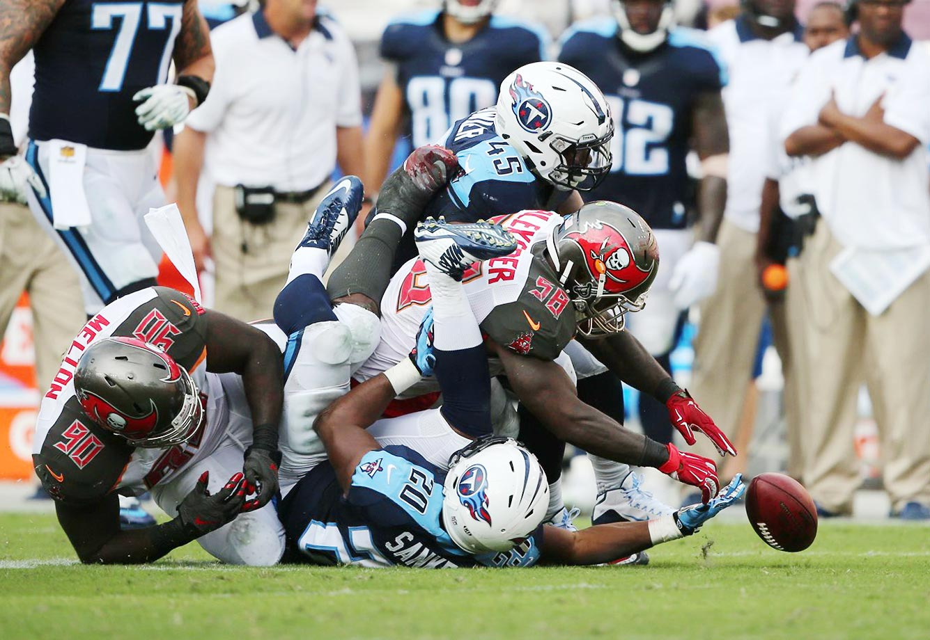 Bishop Sankey loses the ball against the Tampa Bay defense (Kwon Alexander, 58, and Jalston Fowler, 45).