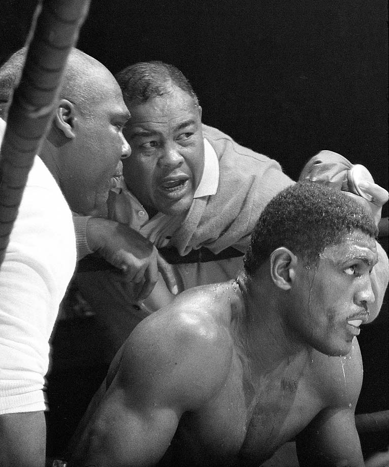 Joe Louis offers advice to Ernie Terrell during his fight vs. Eddie Machen at the International Amphitheatre in Chicago.