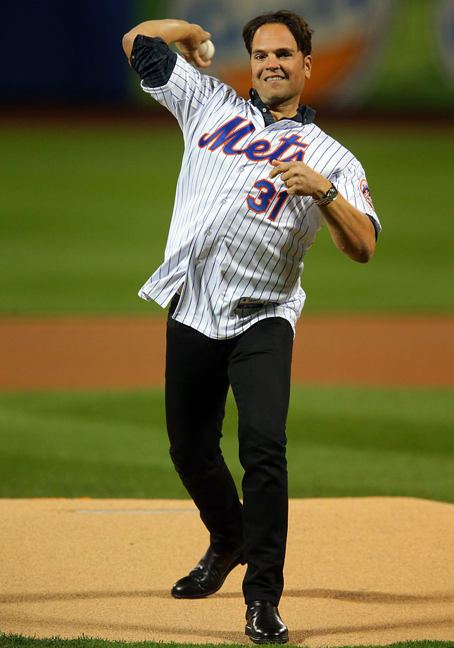 Former New York Mets Mike Piazza throws out the first pitch prior to Game 3.