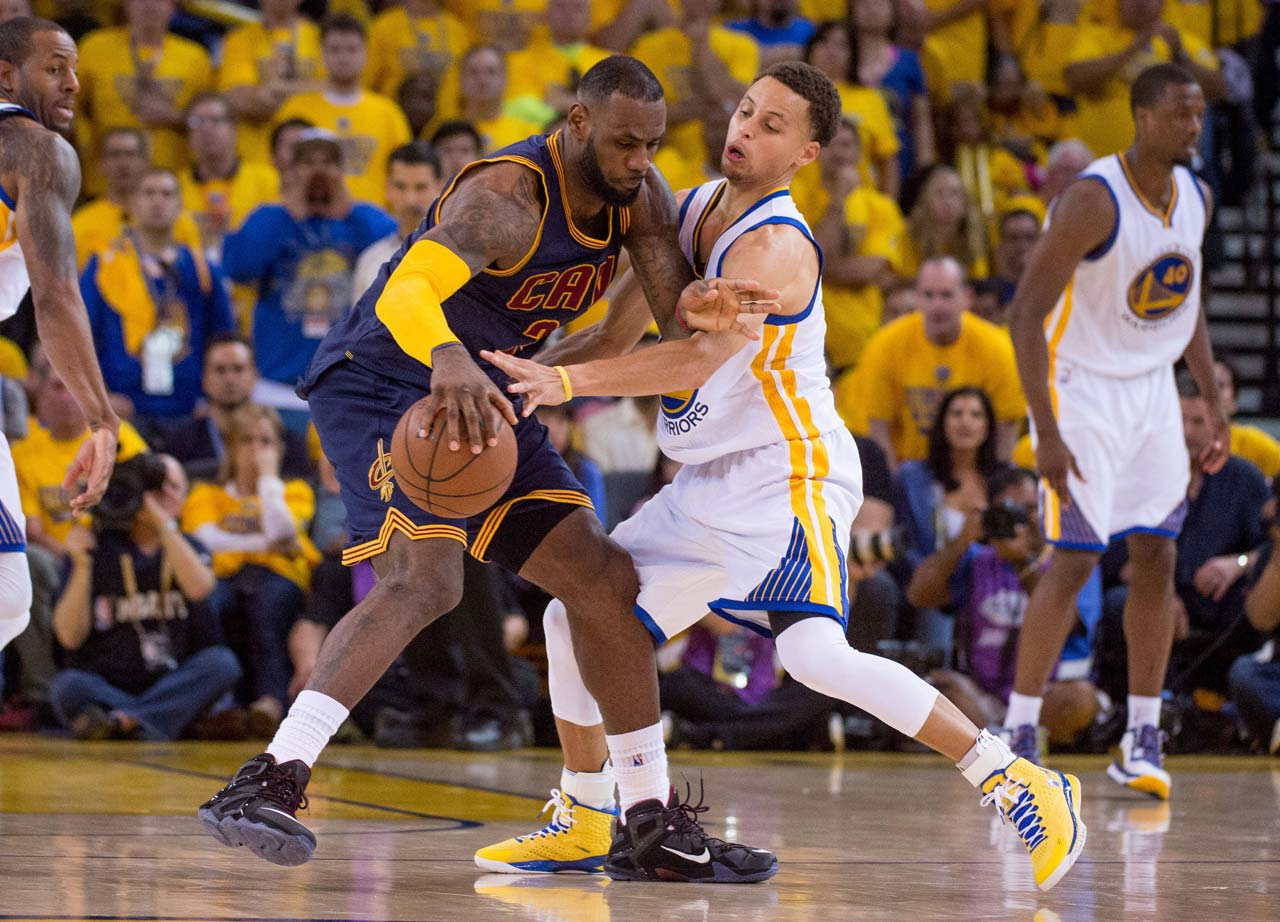Steph Curry tries to defend against LeBron James.
