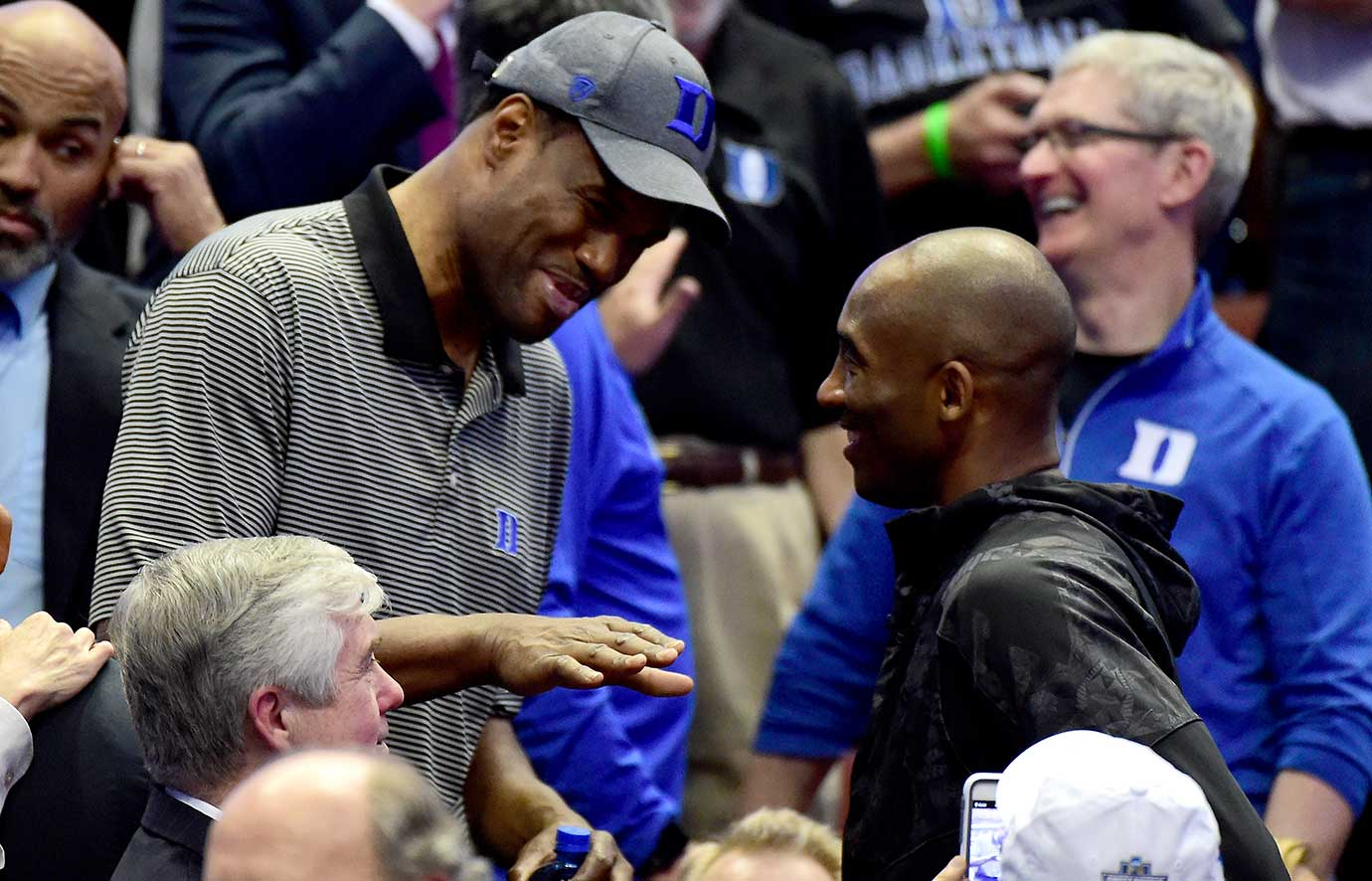 David Robinson talks with Kobe Bryant at halftime of the Oregon-Duke game in Anaheim, Calif.