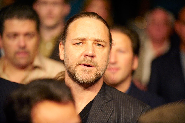 Russell Crowe watching Manny Pacquiao vs Oscar De La Hoya.