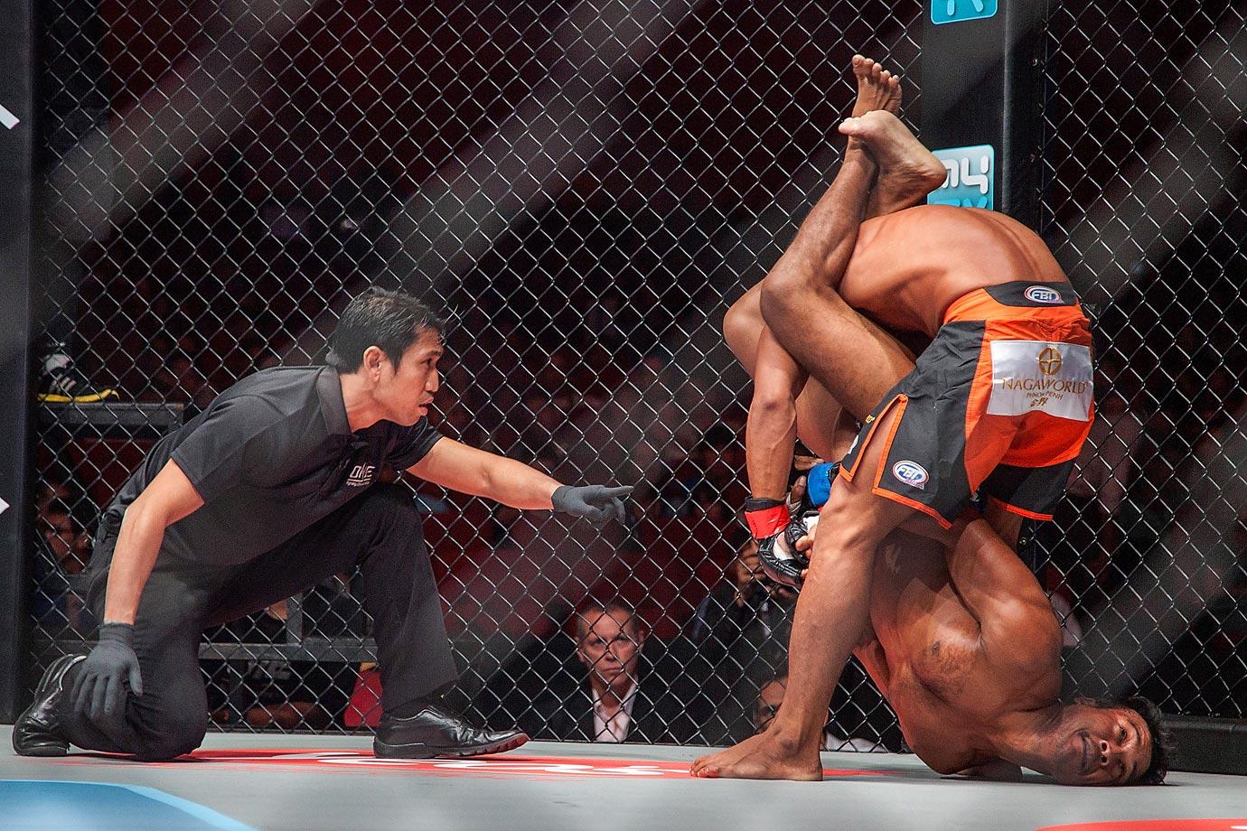 Sam Ang Dun (top) competing against Chin Heng.