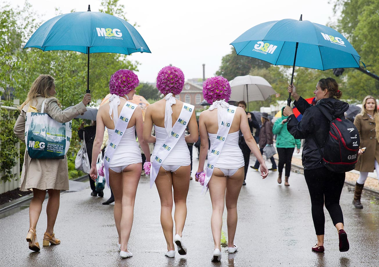 Synchronised swimmers, who performed in a special exhibition at the 2015 Chelsea Flower Show in London, walk along Main Avenue in costume.
