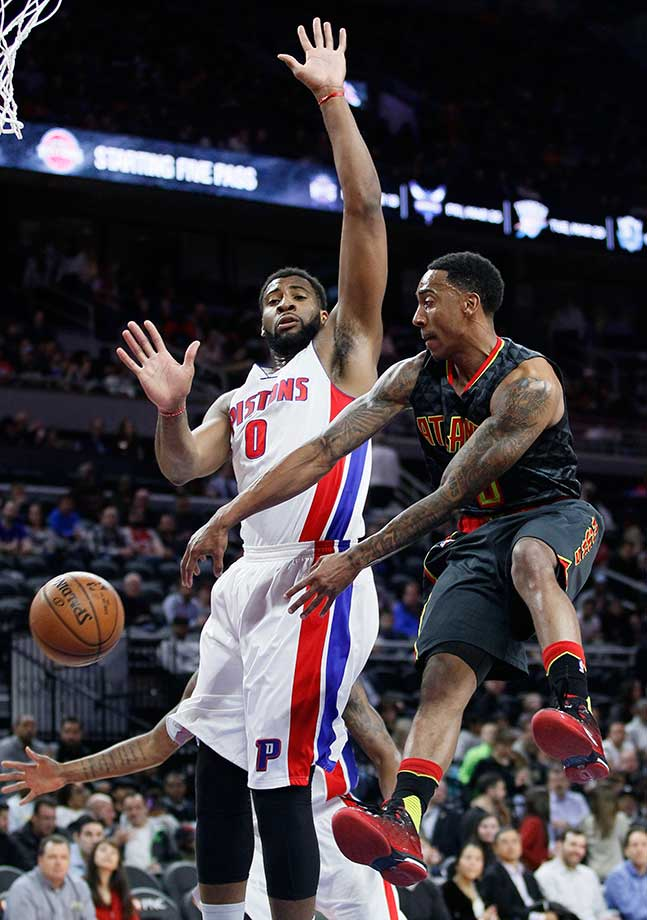 Atlanta's Jeff Teague passes against Detroit's Andre Drummond.