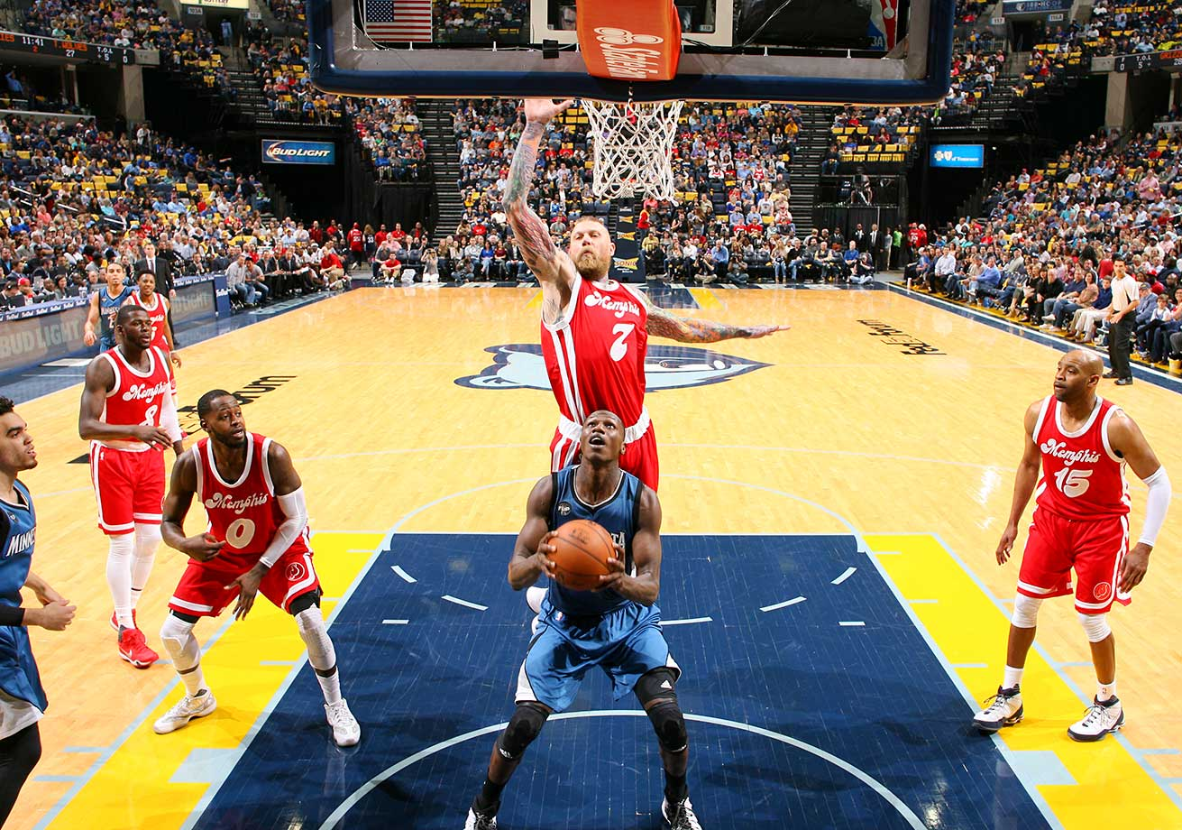 Chris Andersen plays defense for his new team, the Memphis Grizzlies, against Gorgui Dieng of the Minnesota Timberwolves.