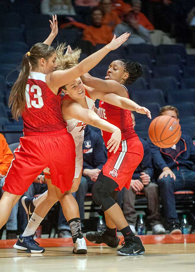 Illinois guard Kyley Simmons throws a pass between Ohio State guards Cait Craft (13) and Kelsey Mitchell at the State Farm Center in Champaign, Ill.