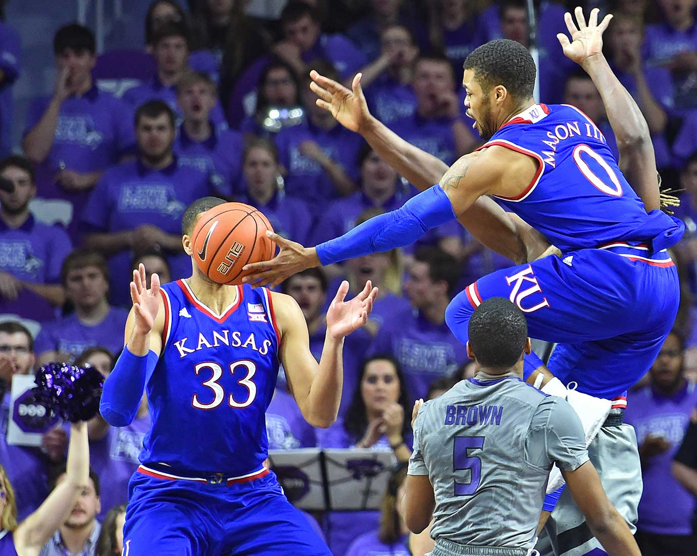 Frank Mason III passes the ball to Landen Lucas.