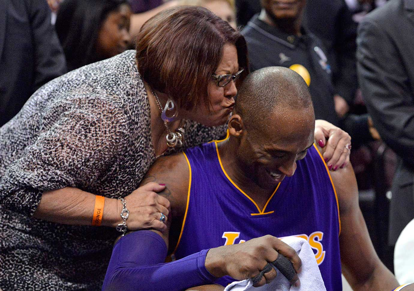 Charla Lofton leaves her seat to kiss Kobe Bryant during the final seconds of his last game in Memphis.