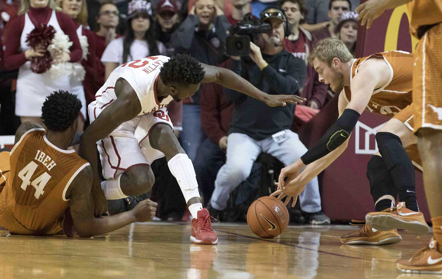 Connor Lammert gains control of the ball ahead of Khadeem Lattin of the Oklahoma Sooners.