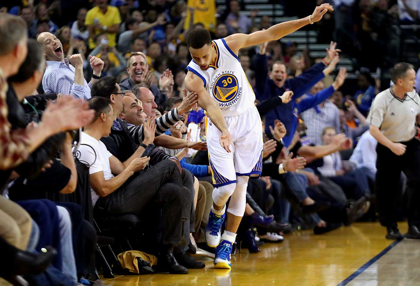 Here are some of the images that caught our eye during the sports night of March 3, starting with Steph Curry trying not to step on the patrons after making a three-point basket against the Oklahoma City Thunder.