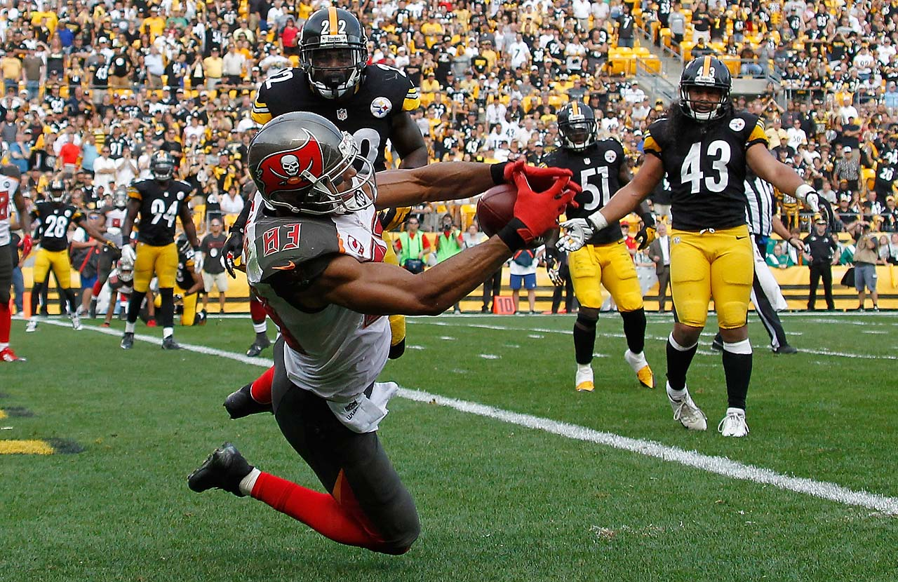 Vincent Jackson catches the game-winning touchdown in the fourth quarter in front of William Gay of the Steelers.