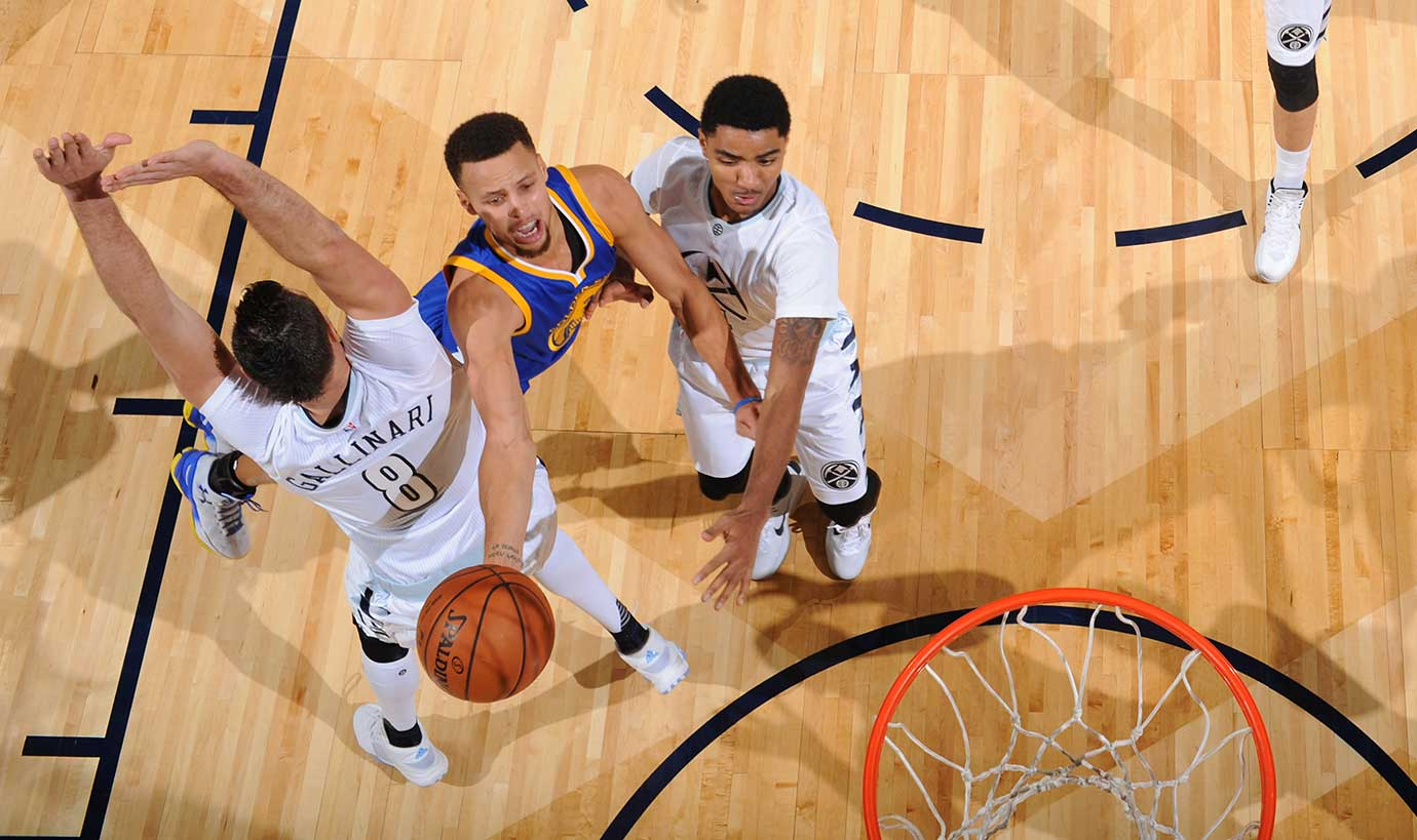 Steph Curry splits the Denver Nuggets as Golden State tied the best start in NBA history with its 15-0 mark.