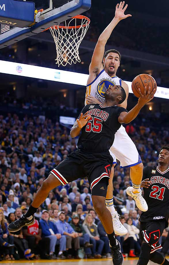 Klay Thompson gets above Chicago guard E'Twaun Moore for an attempted block.