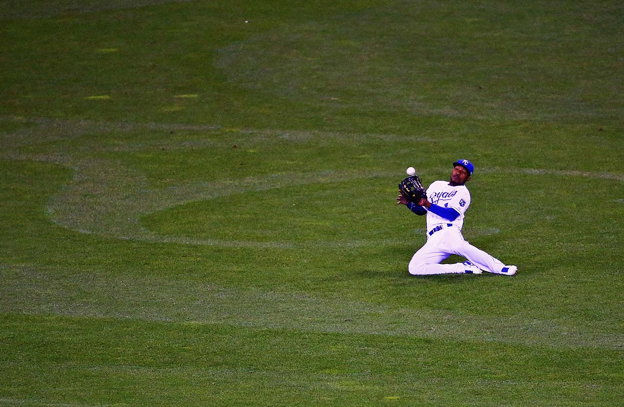 With the game tied at 2-2 in the sixth inning, defensive replacement Jarrod Dyson failed to complete this catch.