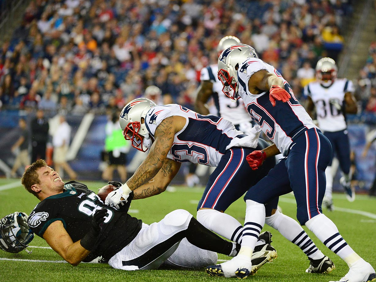 Brent Celek of the Eagles loses his helmet in a 42-35 loss to the Patriots.