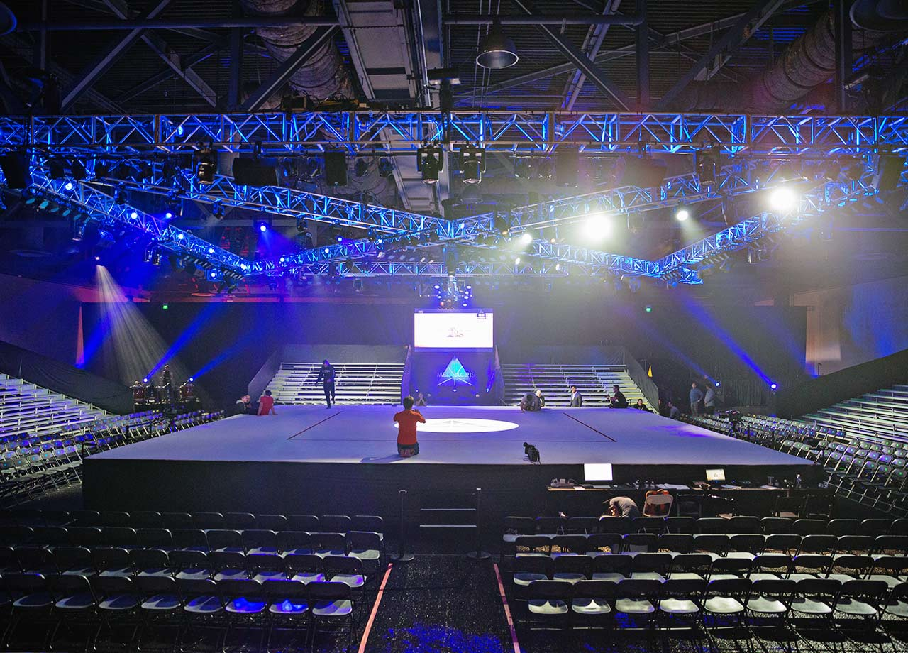 In the Arena area, the stage is an open mat, reminiscent of a sumo dohyo. Unlike other combat sports that have a ring with ropes or a cage, Metamoris is completely open, allowing no obstructions for the spectators.