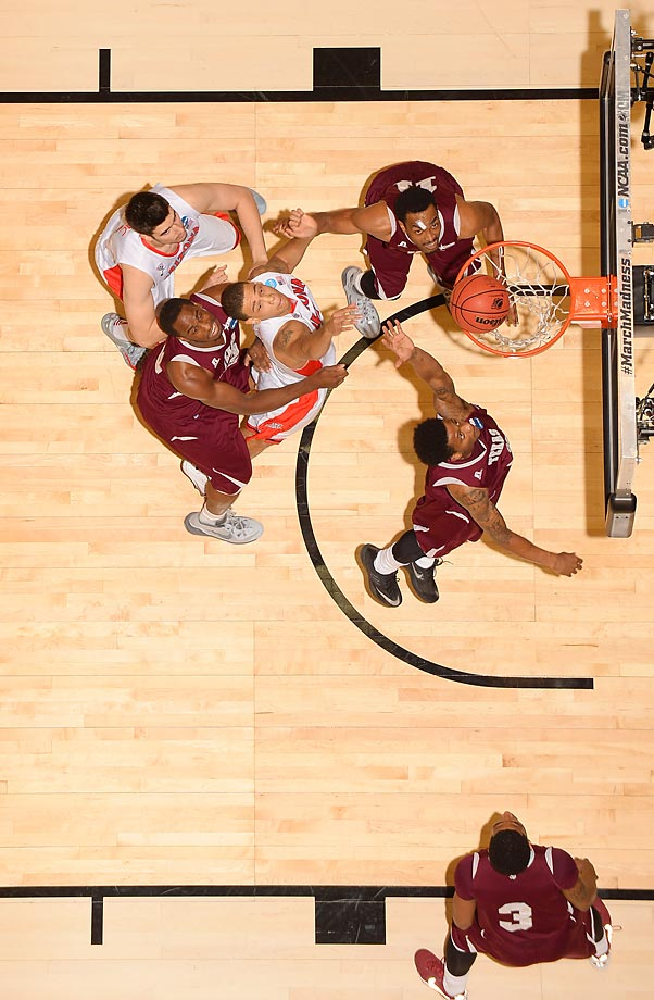 An overhead view of the Arizona-Texas Southern game in the NCAA tournament.