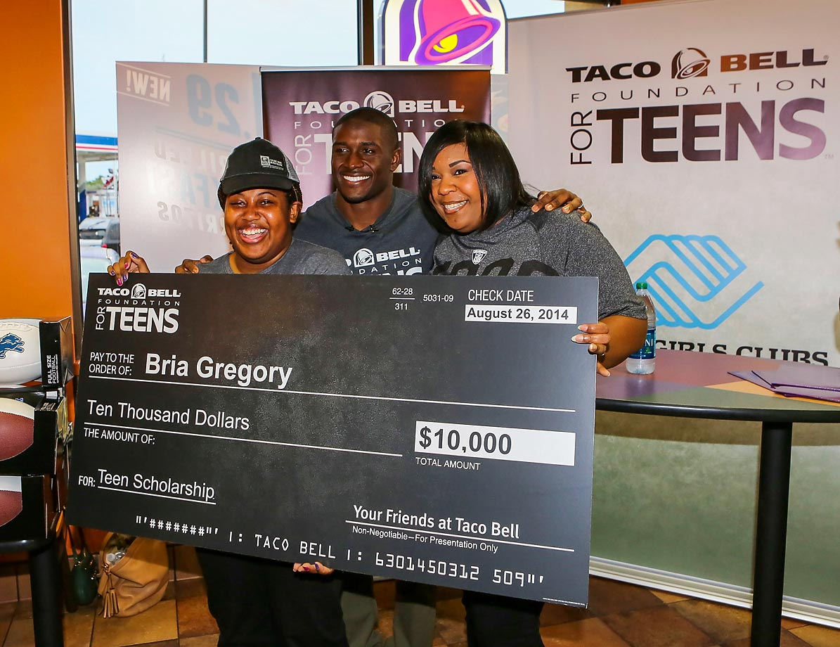 Detroit Lions running back Reggie Bush poses with $10,000 scholarship winner Bria Gregory and her mother. Bush is a celebrity ambassador for the Taco Bell Foundation for Teens.