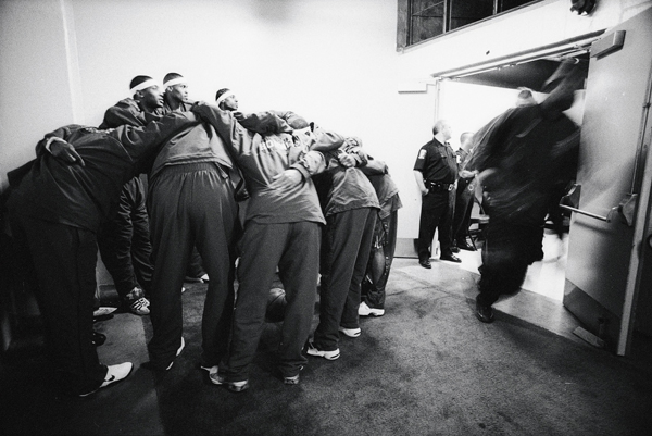 Team huddle :: Lynn Johnson/SI
