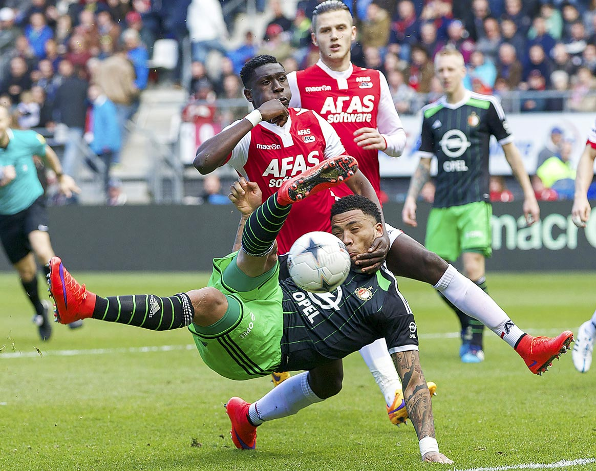 Colin Kazim-Richards of Feyenoord gets his neck wrenched by Derrick Luckassen of AZ, during a Dutch Eredivisie match.
