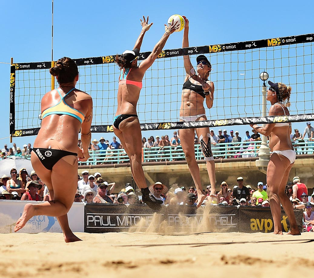 Lauren Fendrick (left) tries to stop Kerri Walsh Jennings during the final of the AVP Manhattan Beach Open. The Fendrick/Sweat team ended up forfeiting the final match due to an injury to Sweat.