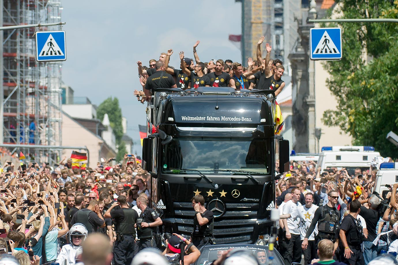 The German team arrives at Brandenburg Gate.
