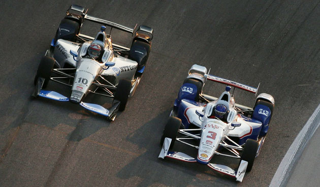 Keeping my nose in front of Tony Kanaan (left) during the Firestone 600 at Texas Speedway.