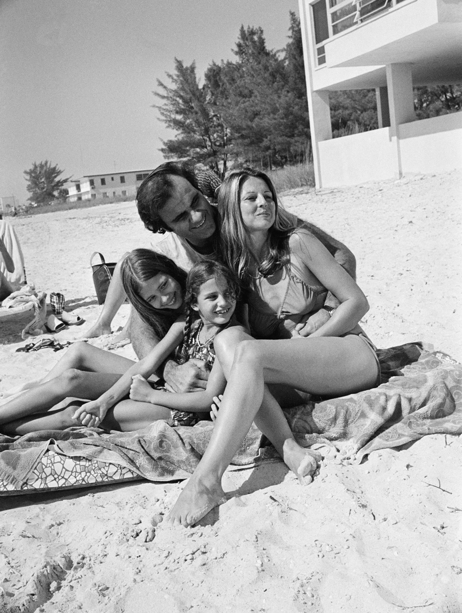 Torre and family unwind on a St. Petersburgh beach in 1977. (AP)