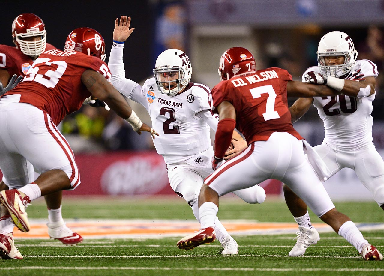 Johnny Manziel looks for an opening during Texas A&M's Cotton Bowl game against Oklahoma on Jan. 4, 2013.