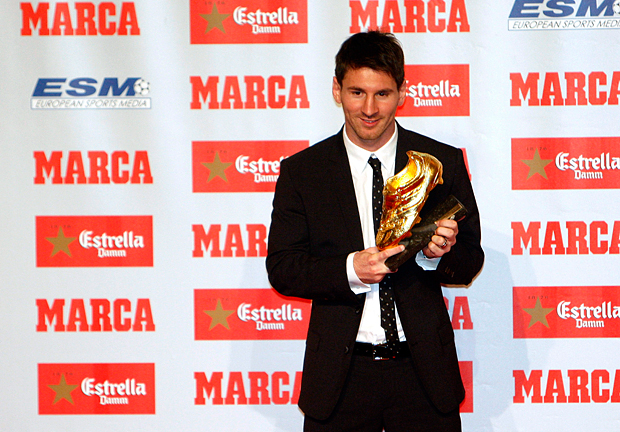 Messi receives the 2012 European Golden Boot Award. (Getty Images)