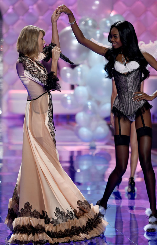 Maria Borges and Taylor Swift :: Getty Images