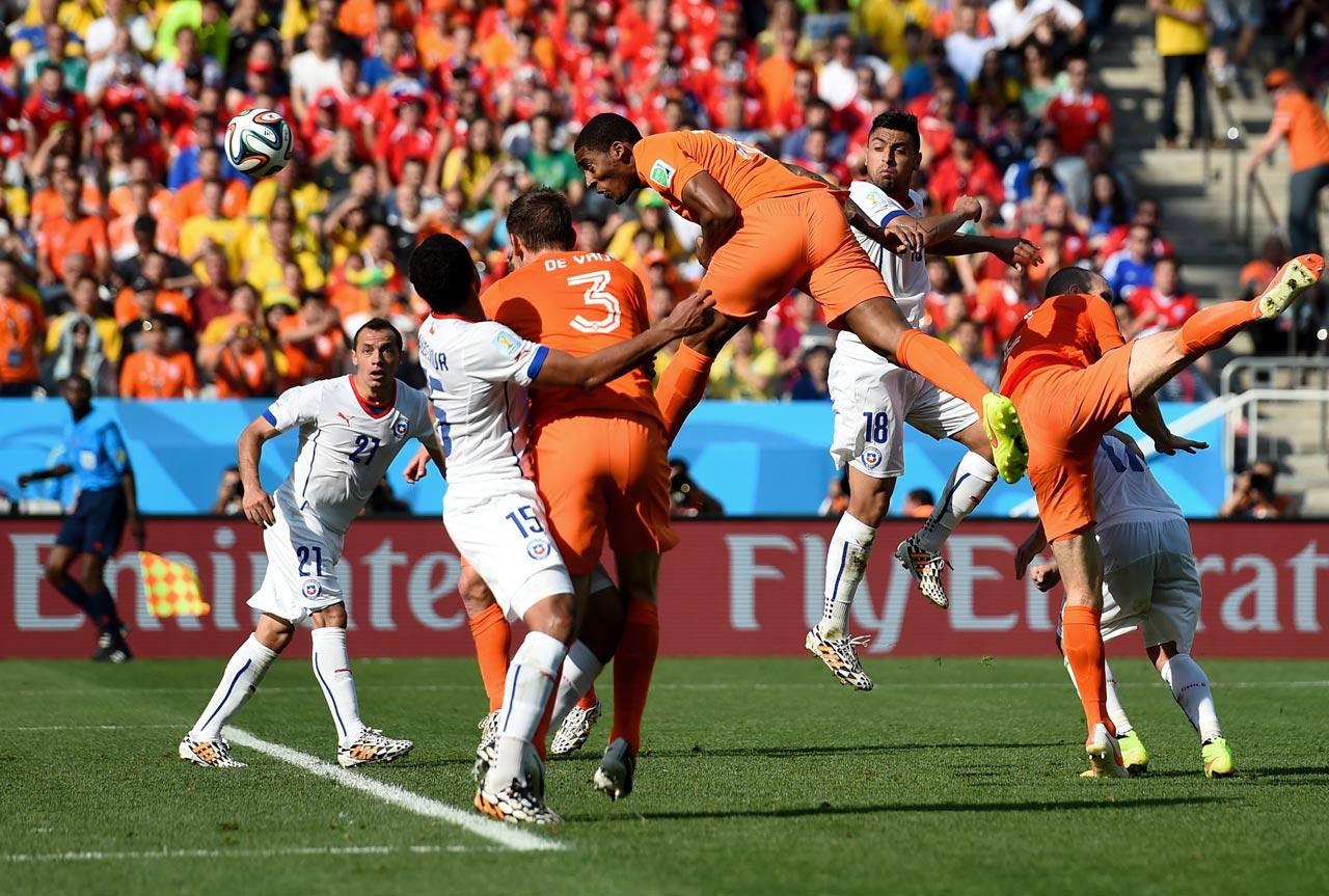 Netherlands substitute Leroy Fer heads home the opening goal as the Dutch topped Chile 2-0 to cement first place in Group B.