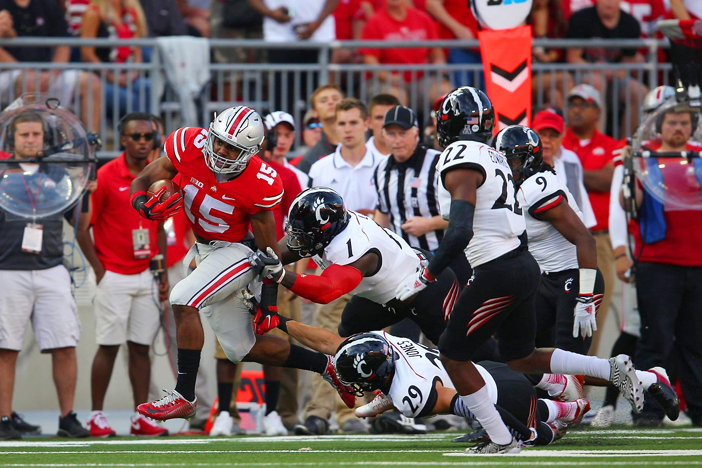 Cincinnati Bearcats defenders try to stop Ohio State running back Ezekiel Elliott.