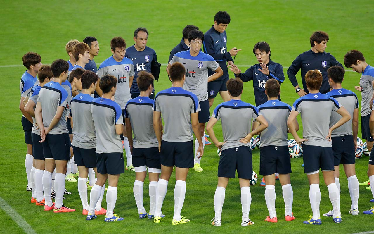 South Korea's national soccer team coach Hong Myung-bo, second from right, gives instructions to his players during a training session in Foz do Iguacu, Brazil, on June 11.