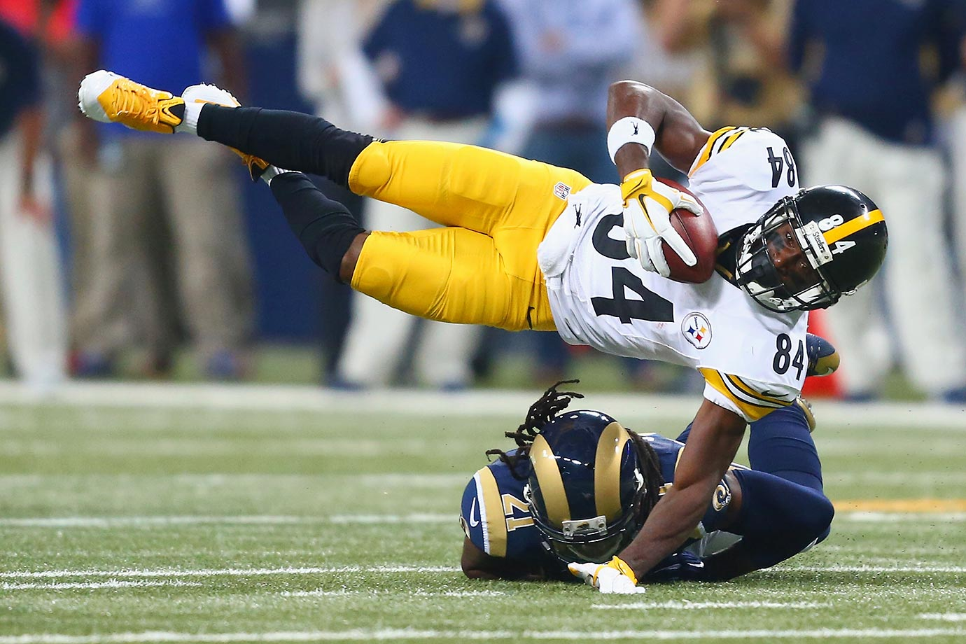 Antonio Brown of the Pittsburgh Steelers show a little magic trick in a game against the Rams.