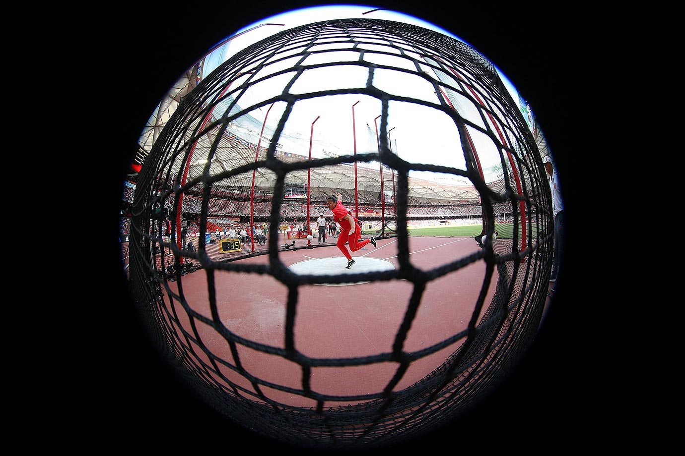 Su Xinyue competes in the women's discus throw at the 2015 IAAF World Championships.