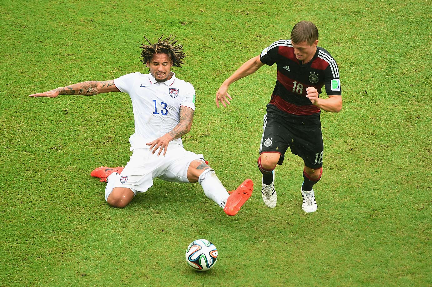 Jermaine Jones challenges Philipp Lahm.