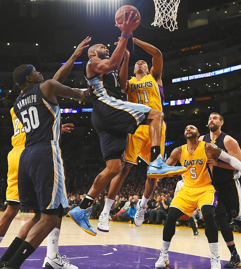 The Grizzlies' Vince Carter attempts a layup against the Lakers. Memphis defeated L.A. 99-93.