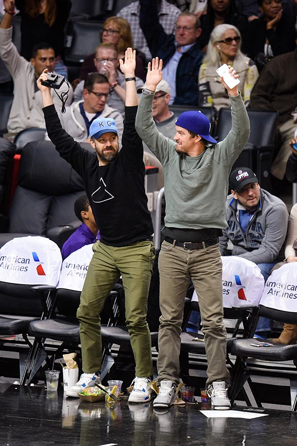 Jason Sudeikis does the wave at a game between the Charlotte Hornets and the Los Angeles Lakers.
